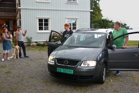 PAPPATAXI: Mamma Lise P. Nes og fostersønn Bjørn Erik Bottolfs vinker god tur til Adrian og pappa. Adrians hovedinstrument er piano og biinstrumentet er gitar. Han har karakteren seks i begge fag fra 2. klasse.