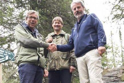 PENGEGAVE: Gunbjørn Aasand mottar gave fra Hellik Kolbjørnrud i trappa i sherpastien. I midten står skogbrukssjef Kjell Ove Hovde.
