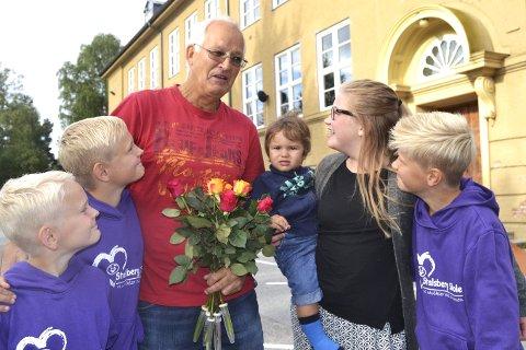 BLOMSTER OG SANG: Fire av barnebarna; Oskar, Erland, Herman og Caroline er elever på Stalsberg, og var med på å hedre bestefar på hans siste arbeidsdag i Modum-skolen. Det var også det femte barnebarnet, lille Christian, en fremtidig elev på skolen.         ALLE FOto: Eivind Kopland/Modum kommune