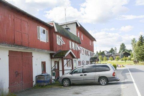 HELGRÅTT: Sauthon-bygget i Prestfoss skal få ny farge - kanskje allerede i høst. Eieren ser for seg en mørk gråfarge.