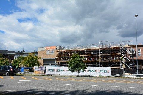 UNDER BYGGING: Byggearbeidene pågår for fullt. Etter planen skal Kiwi ta i bruk den nye delen før jul i år.