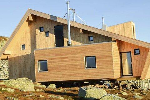 FERDIG UTVENDIG: Utover høsten skal det gjøres en dugnadsjobb inne i den nye hytta.FOto: DNT/Johan Fegri