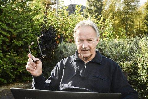 Nettløs: Lasse Guneriussen i Prestoss er kritisk til at Telenor ikke har varslet om at 3G-stasjonen på Olhovd (i bakgrunnen) er tatt ned.