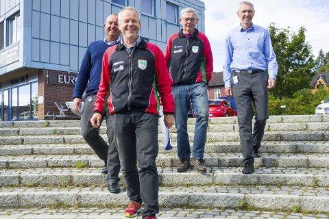 FÅR HJELP: Modum O-lag får kartstøtte av Modum Sparebank i forkant av helgens Veteran-NM. Her er Espen Tangerud (f.v.), Jens Kristian Kopland, Kjell Grønhovd og Ole Gunnar Fidjestøl i trappa på bankplassen i Vikersund.