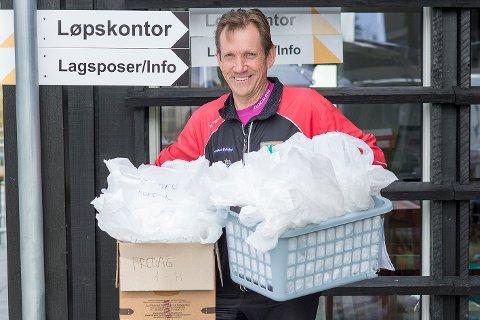 MORSOM JOBB: Jörgen Mårtensson synes det er en morsom jobb å dele ut lagsposer med startnummer til alle som skal delta i Veteranmesterskapet på Norefjell i helgen.