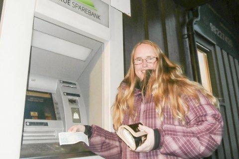Ille: Ingunn Opheim Bjertnes synes det er ille at minibanken i Eggedal legges ned. Søndag 15. januar forlater de siste kontantene «hullet i veggen» og Eggedal blir et servicetilbud fattigere.FOto: Svein Jakob Hollerud