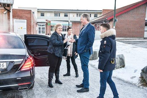 VELKOMMEN: Gruppeleder i Modum Høyre, Jon Hovland, og Unge Høyre-kontakt Arianit Pllana, tok i mot og ønsket statsminister Erna Solberg velkommen til Modum.