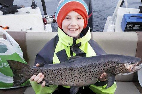VELDIG GLAD: Jon Arne Haugen (10) tok ørret på fire kilo på Tyrifjorden sist lørdag. Hver sommer tar han like store lakser i Døvika. Begge foto: Privat
