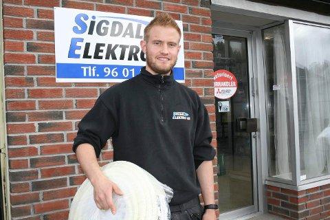 Kompetent elektriker. Henrik Østbye Fremgård har mer i ermet enn å legge opp strøm.