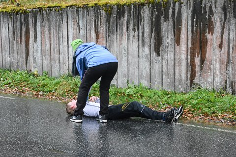 TØFFE TAK: Marius Grønhovd Wiersdalen tok seg helt ut under løpinga.