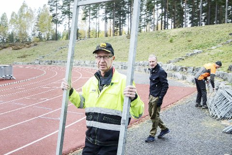 RIGGER OPP: Mr. Furumo Arne Skretteberg (f.v.), Svein Runar Torgersen og Øyvind Wiger var tirsdag i full sving med å montere opp målområdet til årets Furumomil.