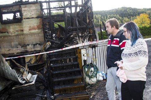 ASKE: - Heldigvis fikk vi reddet «Kosen», bamsen til datteren vår, slik at hun fikk sove, sier  Tine- Karine Helgestad Smeland. Hun og samboer Lars Cato Majormoen mistet alt i brannen søndag.