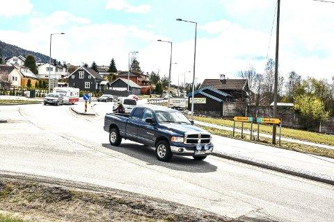 MYE DÅRLIG: Veiskuldre som holder på å skli ut, dårlig asfalt med sprekker og humper, er gjennomgående for veiene i Midtfylket og Buskerud, mener journalist Eirik Gullord