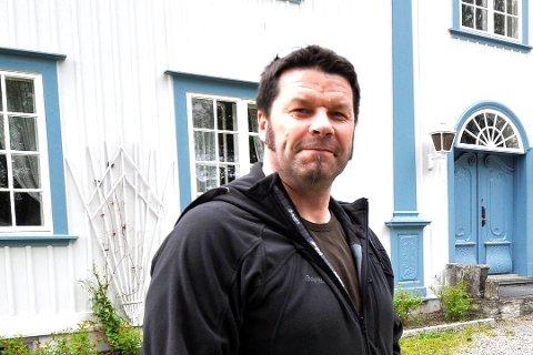 MIDT PÅ: Rektor Knut Erik Hovde ved Rosthaug vgs. i Åmot legger seg omtrent i midten.