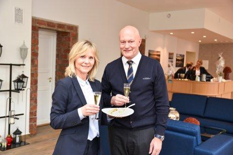 FEIRET: Daglig leder Thomas Kollen og Anne Margrethe Skagen markerte åpningen av nye lokaler med noe godt å spise og drikke.