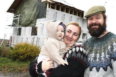 HAR FUNNET DRØMMEHUSET: Polske Ewa Napieralska, med datteren Ivy Outhwaite, og engelske Steven Outhwaite er sikker på at huset blir vakkert når det er ferdig – det blir både kostbart og tidkrevende.