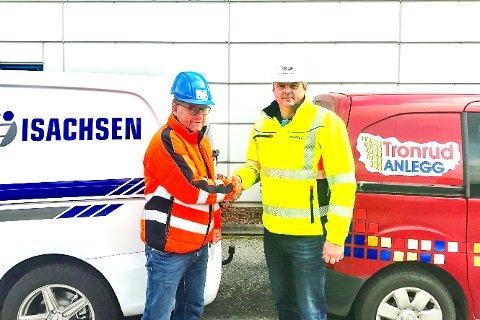 John Arne Johansen (t.h.) ønskes velkommen til Isachsen av Håvard Kjendseth.