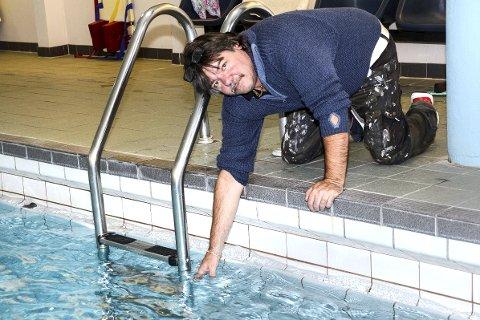 Kaldt: Jan Helge Henriksen ber politikerne å sørge for at vanntemperaturen svømmehallen skrus opp igjen på torsdager. – Slik at vi som sliter med revmatisme kan trene i bassenget igjen, sier han.