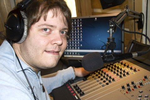 TIDSMASKIN: Ansvarlig redaktør Henrik Nikolai Pedersen driver fremdeles lokalradio på den gamle måten.