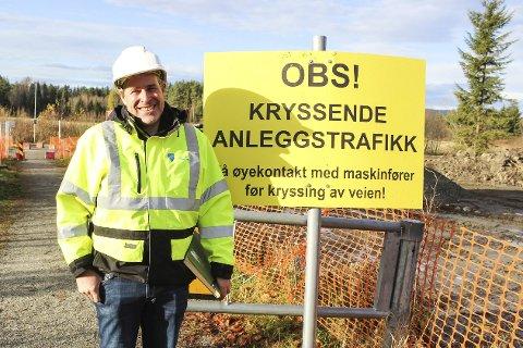 VIL BLI BORTVIST: Tomm Kristiansen fra Teknisk etat i Modum kommune håper folk kun krysser her. Om noen ulovlig tar seg inn på anleggsområdet, vil vedkommende bli vist bort.