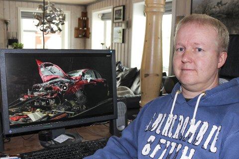 FORTSATT PREGET: Kent Rune Haugen ser på bilder av bilen og synes det er et mirakel at han er så lite skadet og at ingen mistet livet.
