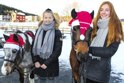 IDYLLISK: Tonje Storli Høvik (f.v.) og Thea Kreken skal julepynte hestene for å møte barn som vil ri.
