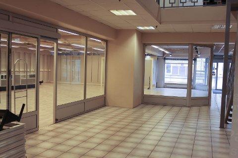Åmotsenterets FINESTE: Franchisetaker får utstillingsvindu mot gata. Det 300 kvadratmeter store lokalet har stått tomt et halvt år.