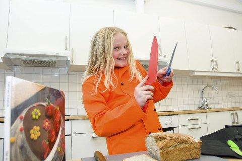 ELSKER Å LAGE MAT: Katrine Biksrud har samlet alle sine favorittoppskrifter i ei kokebok. 10-åringen disker mer enn gjerne opp med middag hjemme, og hun baker brød hver uke.