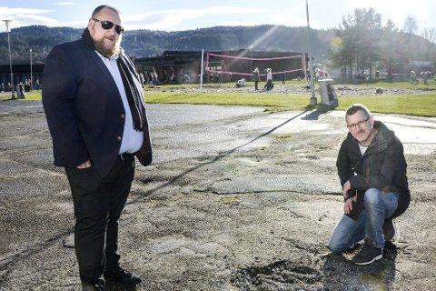 Slagmark:, Bjørn Solheim (t.v.) og Geir Hennum sier skolegården ser ut som en slagmark, og ikke et sted hvor barna kan drive ballspill. – Hele uteområdet preges av forfall over lang tid, sier Hennum.