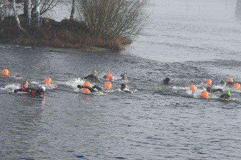 TØFFE FOLK: Det var en stor gjeng hardhauser som la på svøm ut Vikerfossen lørdag.