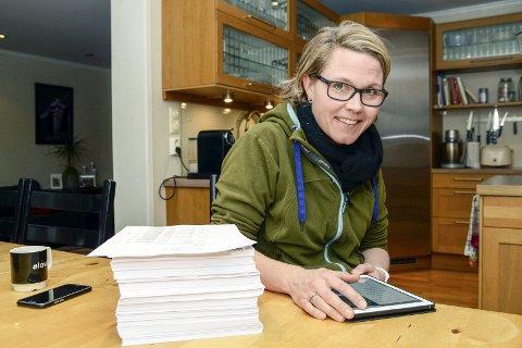 Svær Haug: – Heldigvis får vi saksdokumentene digitalt og ikke på papir, sier Brit-Tove Krekling (Sp). Om hun fortsatt hadde fått dokumentene på papir, ville haugen vært så høy som den på bordet og veid over seks kilo.
