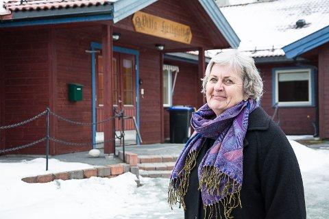 MIDLERTIDIG: I den ett år lange byggeperioden blir Villa Fjellgløtt i bakgrunnen tatt i bruk til sykehjemsplasser. – I tillegg setter vi opp et midlertidig modulbygg, forklarer Anne Marit Tangen, sektorleder for helse i Krødsherad.