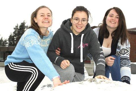 BESTE VALGET: Revysjefene Henriette Nordheim (f.v.), Isabelle Crow og Alexandra Lind sier at det er viktig å støtte kreftsaken.