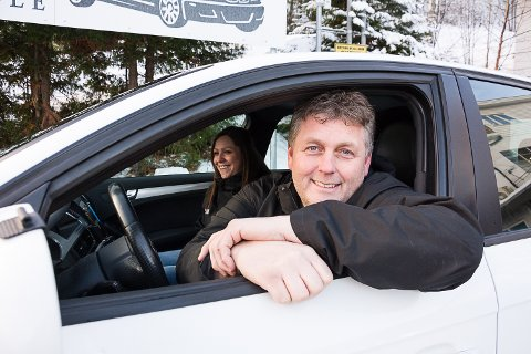 GOD START: Trafikklærerne Jan Halvorsen og Silje Brendengen i Halvorsen trafikkskole kan slå fast at de første tre månedene i Sigdal har vist at det er bruk for dem.