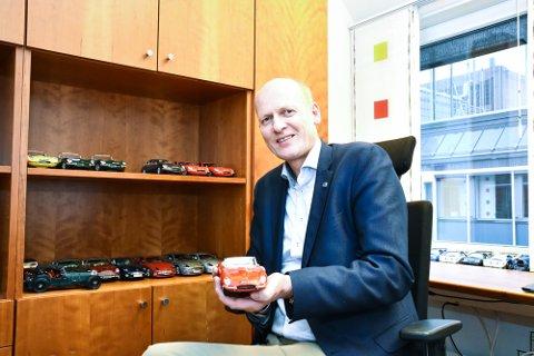 LEKRE BILER: Anders B. Werp er statssekretær i Samferdselsdepartementet. En rekke lekre miniatyrbiler er naturlig pynt på et slikt kontor.