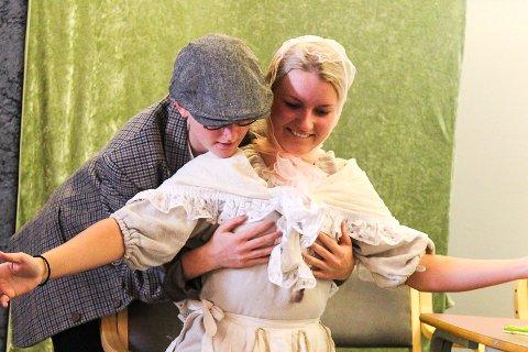 KAN JEG TA DEM PÅ BRYSTENE? Hedda Kjemperud (f.v) og Emma Saastadhagen i rollene.