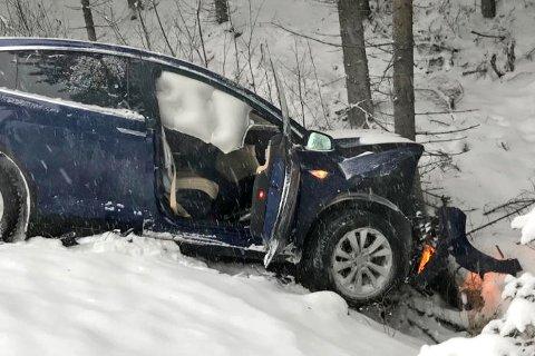 Her har Teslaen til Erik Ramsberg (50) krasjet inn i treet, etter at den traff en møtende bil på veien. Ulykken skjedde på svært glatte veier. Foto: Privat