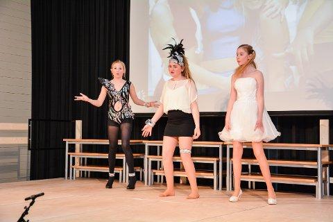 LÅNTE FJÆR: Julie Bye, Anine Sandsbråten Raaen og Karoline Hulbak Ragnhildsrud var Spice Girls. Deler av dansekostymene hadde de fått låne av Skam-skuespiller Frida Josefine Pettersen.