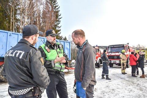 Fjøsbrann på Nedre Bakken gård på Vestre Spone. Ross Stevensen (f.v.) innsatsleder Kjetil Solheim og bonde Øystein Semmen.