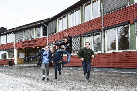 Styrter UT I LIVET: Kamille Merkininkaite, Hanna Hunstad, Håkon Skredsvig Flatin og Fredrik Marken er skjønt enige om at årene på ungdomsskolen har vært bra, men nå er de overmodne for å gå videre i livet. Likevel er noen av dem fast bestemt på å komme seg raskt hjem igjen og i jobb.