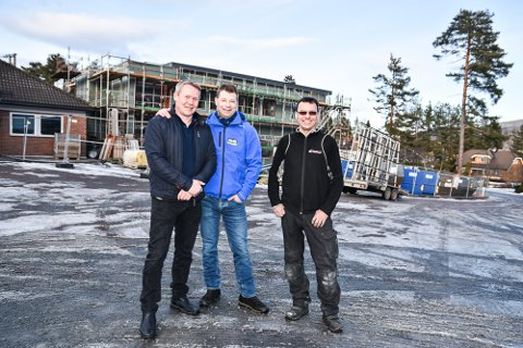 STÅR BAK: Nils Kristian Skretteberg (f.v.), Kreistian Sandum og Glenn Wells eier selskapet Apalveien 1.