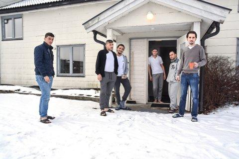 MÅ FLYTTE: Hannan Wakas (f.v.), Ahmed Alhamad, Abulkarim Baderkahn, Abdulhadi Alkhalaf, Bashar Joujou og Abdulhadi Alkhalaf. De er syriske flyktninger som har fått midlertidig opphold i to år i Norge, men de godtar ikke hybler som bosted.