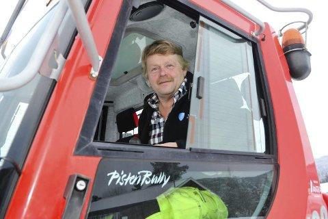 Trives: Tom Åby trives i hytta på tråkkemaskinen. I normalvintre blir det mange mil rundt omkring i Modum. Denne vinteren begrenser det seg til løypekjøring i skiskytteranlegget på Simostranda og ved Sponevollen og Nygårdshøgda på Øståsen.