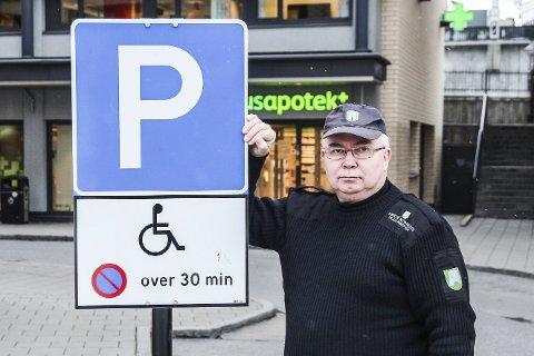 PROFF PÅ PARKERING: – Politiet har gjort tre feil, og Helge Haavik skulle aldri fått parkeringsgebyr, sier trafikkbetjent Bjørn Erik Nebell fra Fiskum. Her er han fotografert ved et lovlig og korrekt oppsatt skilt i Sandvika.