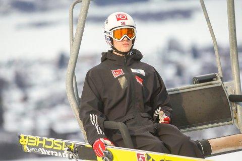 Lillehammer   20170313. Daniel-André Tande på vei opp til kvalifiseringen i Lysgårdsbakkene på Lillehammer i RAW AIR turneringen for skihopperne.