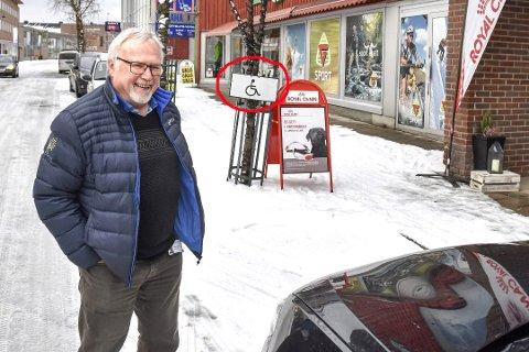MYE MORO: Helge Haavik forteller at han og mange andre har hatt mye moro etter at han fikk en «historisk» parkeringsbot i Vikersundgata.