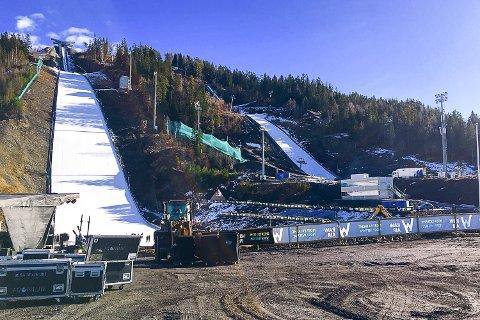 KLAR: Vikersundbakken er dekket med snø, og ligger klar for hopperne. Tirsdagens avlyste konkurranse fra Lillehammer kan bli satt opp igjen i mammutbakken.