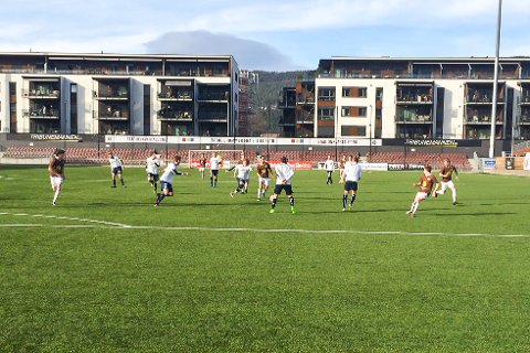 MÅLLØST: Hverken Mjøndalen 2 eller Modum FK fikk ballen til å suse i nettet i den rekordtidlige serieåpningen på Isachsen Stadion i helgen.