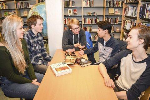 Heftig diskusjon: Diskusjonen er heftig rundt bordet. Sandija Sulce (t.v.), Sverre Gulbrandsen, Henrik Hørlück Berg, Neil Zhou og Daniel Dalsbø Holmen setter stor pris på ytringsfriheten.