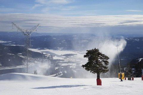 Snø til april: Snøkanonene har vært av og på siden 12. oktober i Norefjell skisenter. Nå er påsken er sikret.